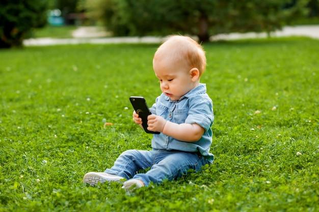 Il bambino guarda il telefono