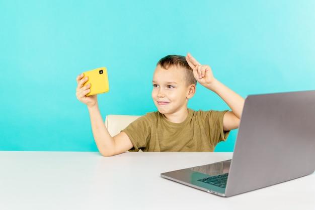 Bambino che fa foto al telefono per inviarlo ai suoi amici