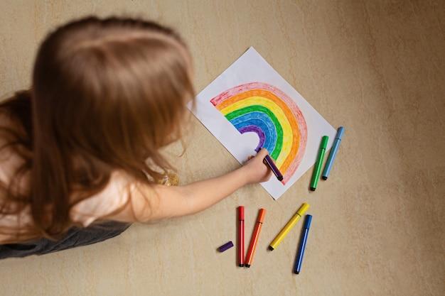 Scherzi la pittura dell'arcobaleno durante la quarantena di covid-19 a casa
