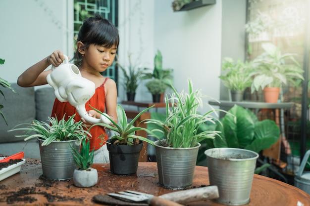 Bambino che pianta e fa il giardinaggio a casa