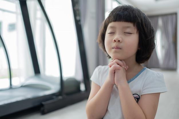 Bambino che prega al mattino