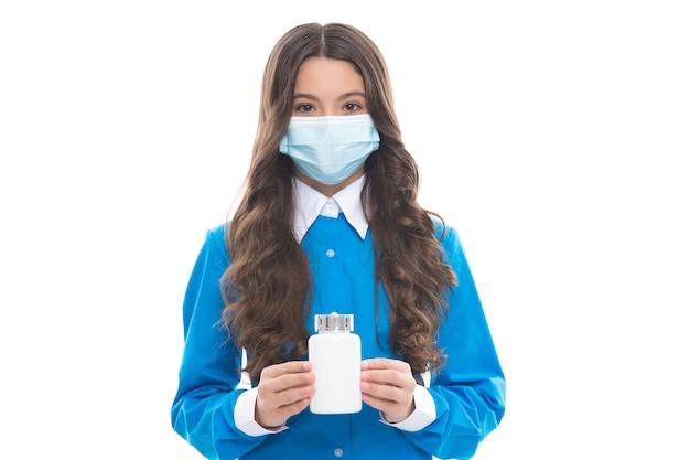 Bambino in maschera respiratoria con barattolo di pillole che previene la diffusione dell'epidemia di coronavirus covid-19, virus.