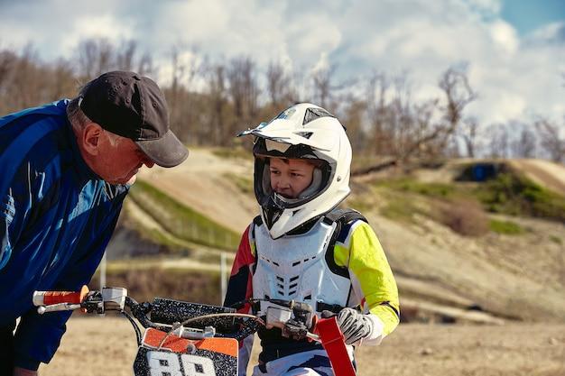 Kid in sella alla moto alla competizione junior