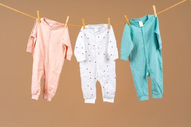 Abbigliamento per bambini appuntato ad una corda per il bucato ad asciugare