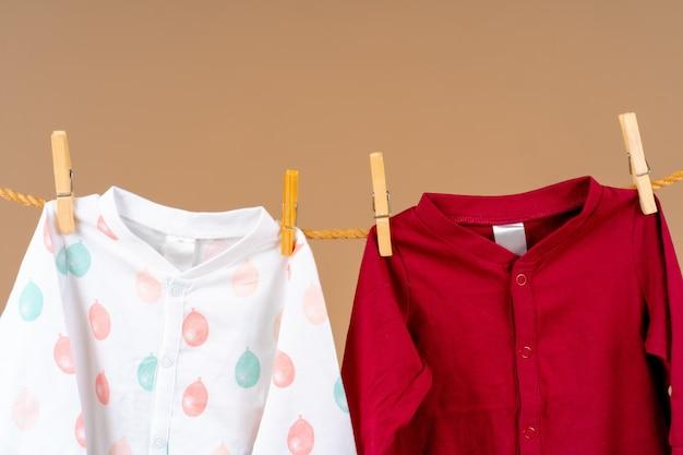 L'abbigliamento per bambini è fissato ad una corda per asciugare