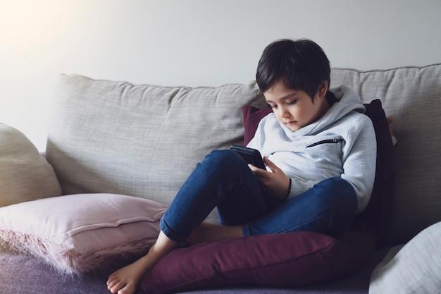 Autoisolamento del bambino tramite cellulare per i compiti