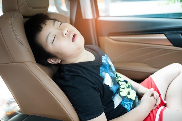 Il bambino dorme in macchina, il bambino si sente male, dorme sul seggiolino auto