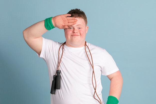 Ragazzo con sindrome di down con una corda per saltare al collo