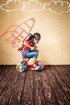 Bambino con moto d'acqua jet pack. bambino che gioca in casa. concetto di successo, leader e vincitore