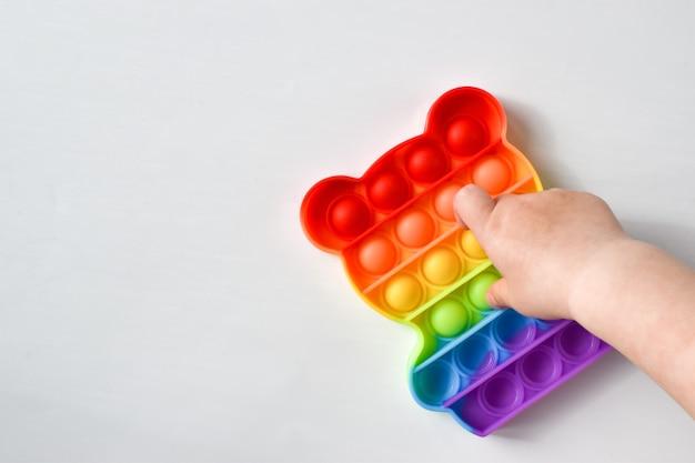 Bambino con un popolare giocattolo in silicone per alleviare lo stress e lo sviluppo motorio