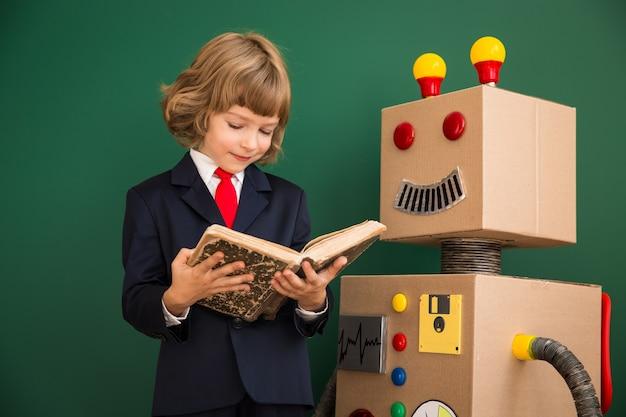 Bambino con robot giocattolo a scuola. concetto di tecnologia di successo e innovazione