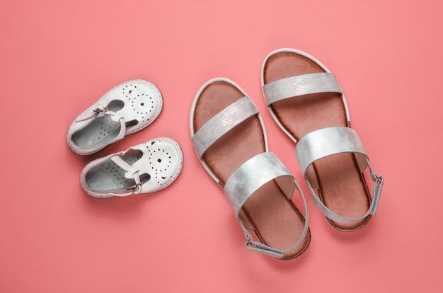 Sandali alla moda per bambini e adulti sul rosa