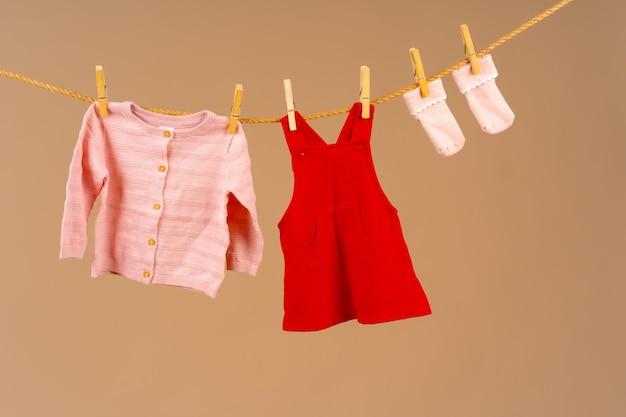 Abbigliamento per bambini appuntato su uno stendibiancheria per asciugare