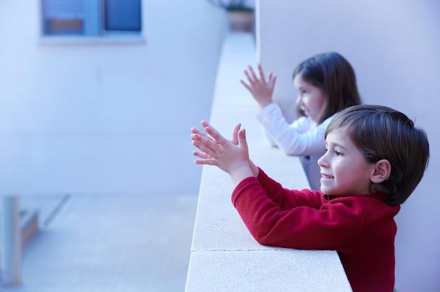 Bambini che applaudono agli operatori sanitari