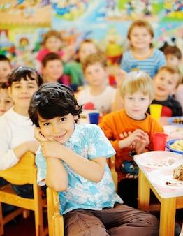 Bambini che celebrano la festa di compleanno nel parco giochi per bambini