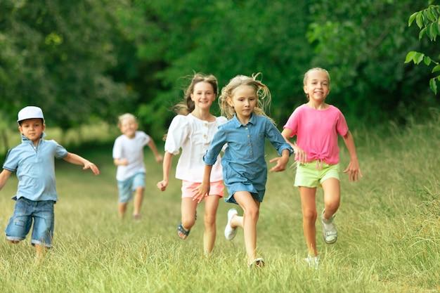 Bambini bambini che corrono sul prato
