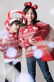 Bambini in abiti da maglione di natale