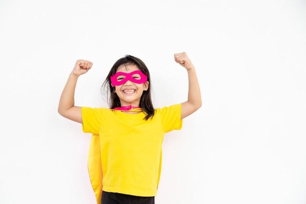 Concetto di bambini, ragazza sorridente che gioca a super eroe su sfondo bianco