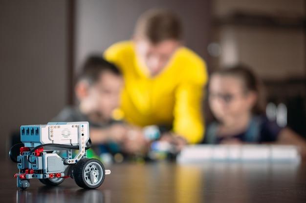 Bambini che creano robot con l'insegnante.