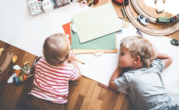 I bambini disegnano e realizzano mestieri bambini con giocattoli educativi e materiale scolastico per la creatività