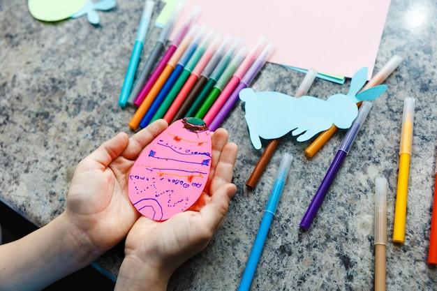 Preparazione di pasqua per bambini dipingendo le uova di pasqua e le decorazioni natalizie a casa da vicino