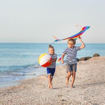 I bambini si divertono sulla spiaggia