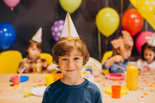 I bambini si divertono alla festa di compleanno con palloncini e torta