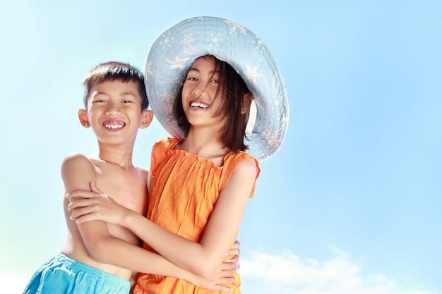 Bambini che si divertono in una giornata di sole