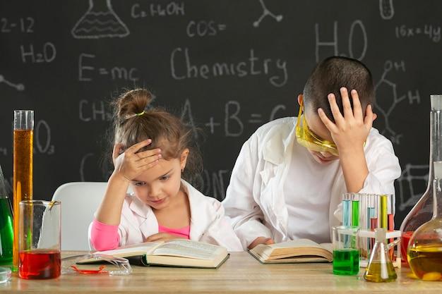 Bambini in laboratorio che fanno esperimenti