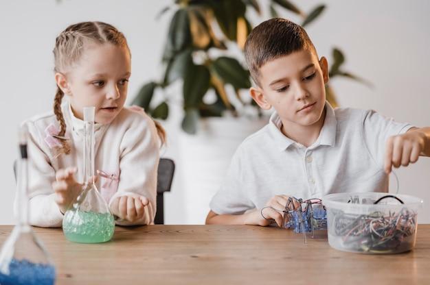 Bambini che imparano fisica e chimica