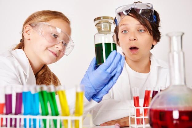 Bambini che fanno esperimenti in laboratorio chimico