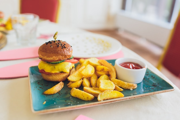 Pasto per bambini con pane e patatine mini hamburger hamburger.