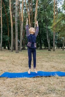 Circuito fitness per bambini all'aperto giochi di attività estive attività all'aperto per bambini bambina che fa