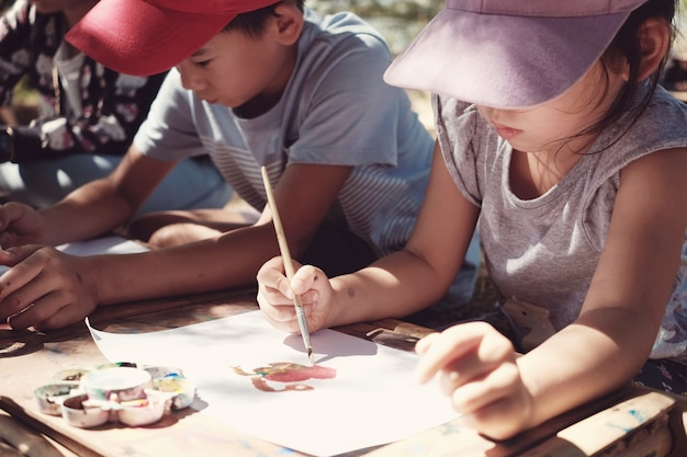 Attività di pittura all'aperto per bambini, educazione homeschooling montessori