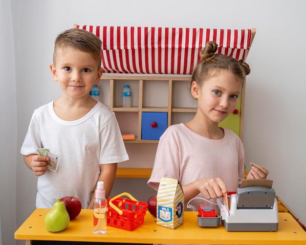Bambini che giocano insieme a casa
