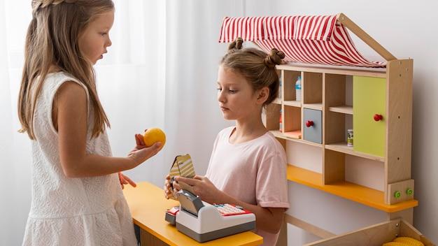 Bambini che giocano insieme in casa con un gioco di marketing