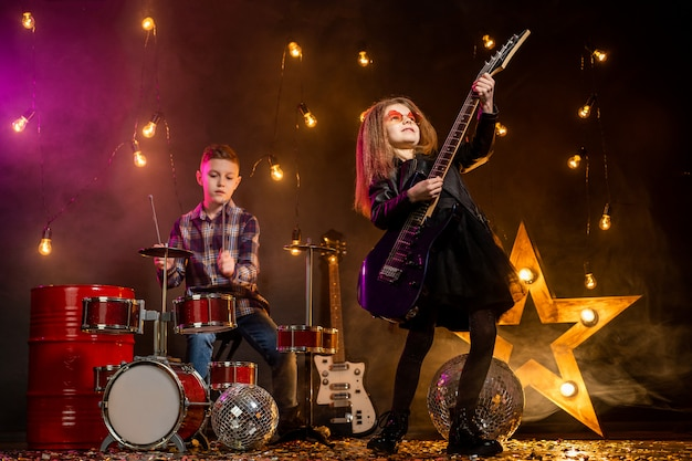 Bambini che fingono di essere una rock band