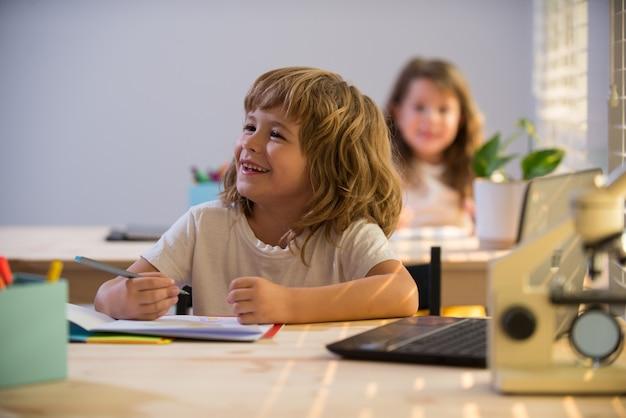 Bambini a scuola ragazzo e ragazza a scuola sorridenti
