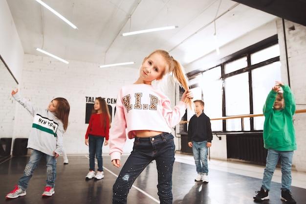 I ragazzi seduti alla scuola di ballo. concetto di danza classica, hiphop, street, funky e moderna