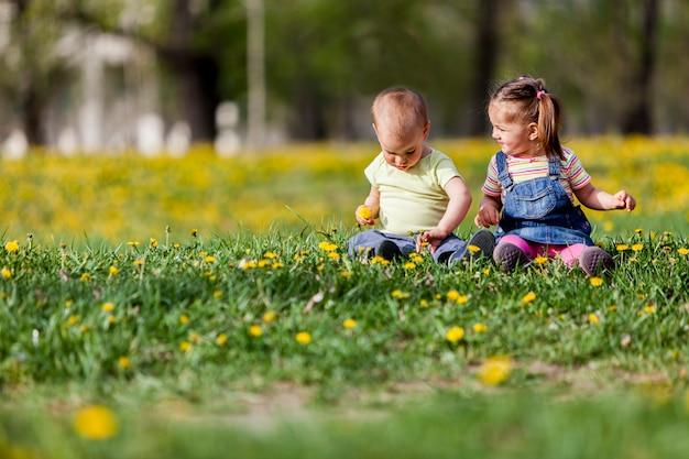 Bambini nel campo primaverile
