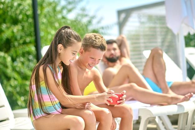 I bambini e i loro genitori si divertono su una spiaggia