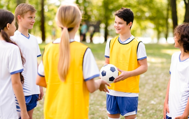 Ragazzi che si allenano insieme per una partita di calcio