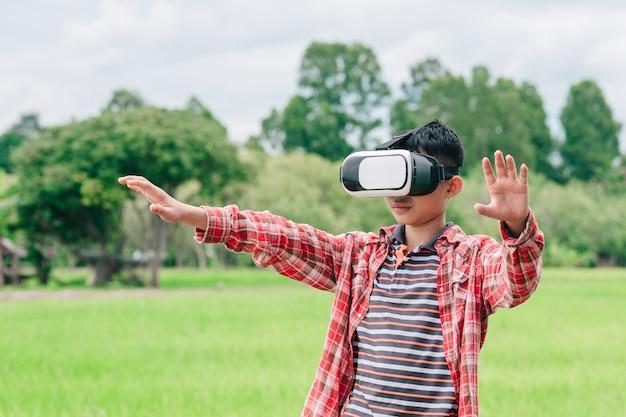 Bambini che indossano occhiali per video di realtà virtuale e gioiosi in uno splendido sfondo naturale