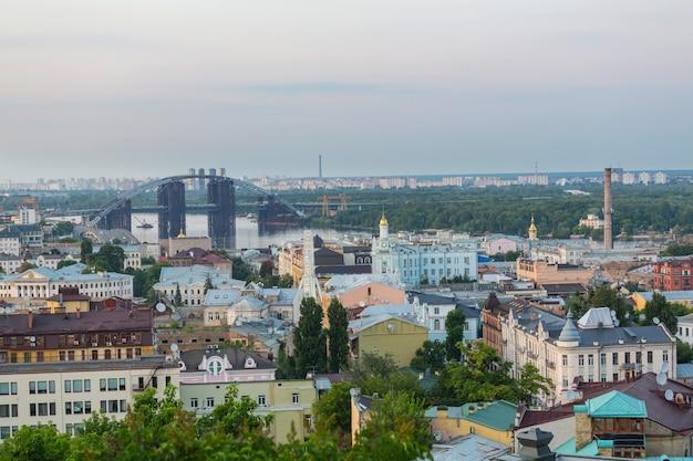 Città di kiev. città vecchia. ucraina. bella vista dell'antica strada andrew's descent e della chiesa di sant'andrea tra gli alberi verdi della collina del castello a kiev