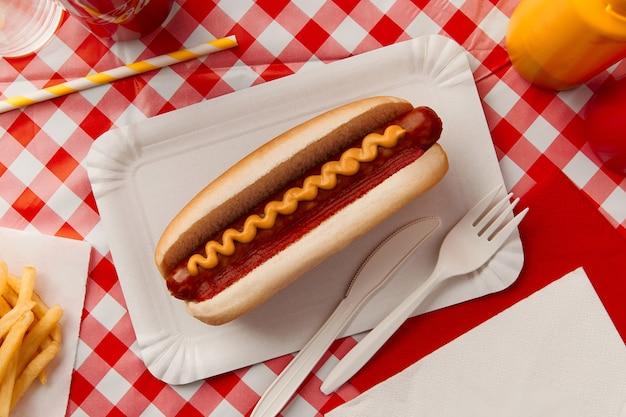Kiev ucraina settembre tradizionale hot dog patatine fritte bevande e salse menu del ristorante