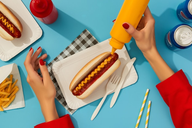Kiev ucraina settembre hot dog tradizionali patatine fritte bevande e salse menu del ristorante