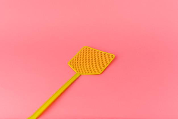 Uccidi le mosche isolate su sfondo rosa