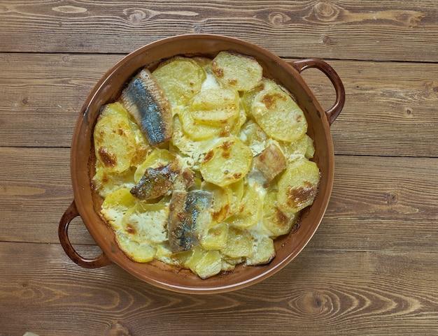 Aringa al forno estone kiluvorm con patate. cucina baltica