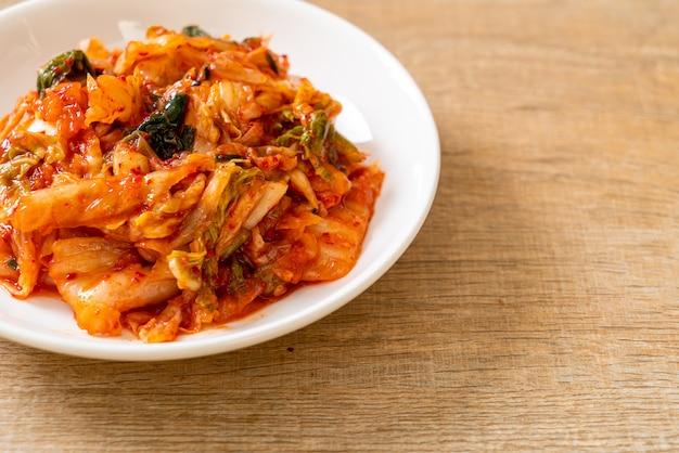 Cavolo kimchi sul piatto - stile di cibo tradizionale coreano
