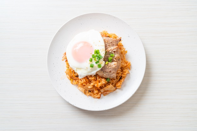 Riso fritto kimchi con uovo fritto e maiale - stile alimentare coreano